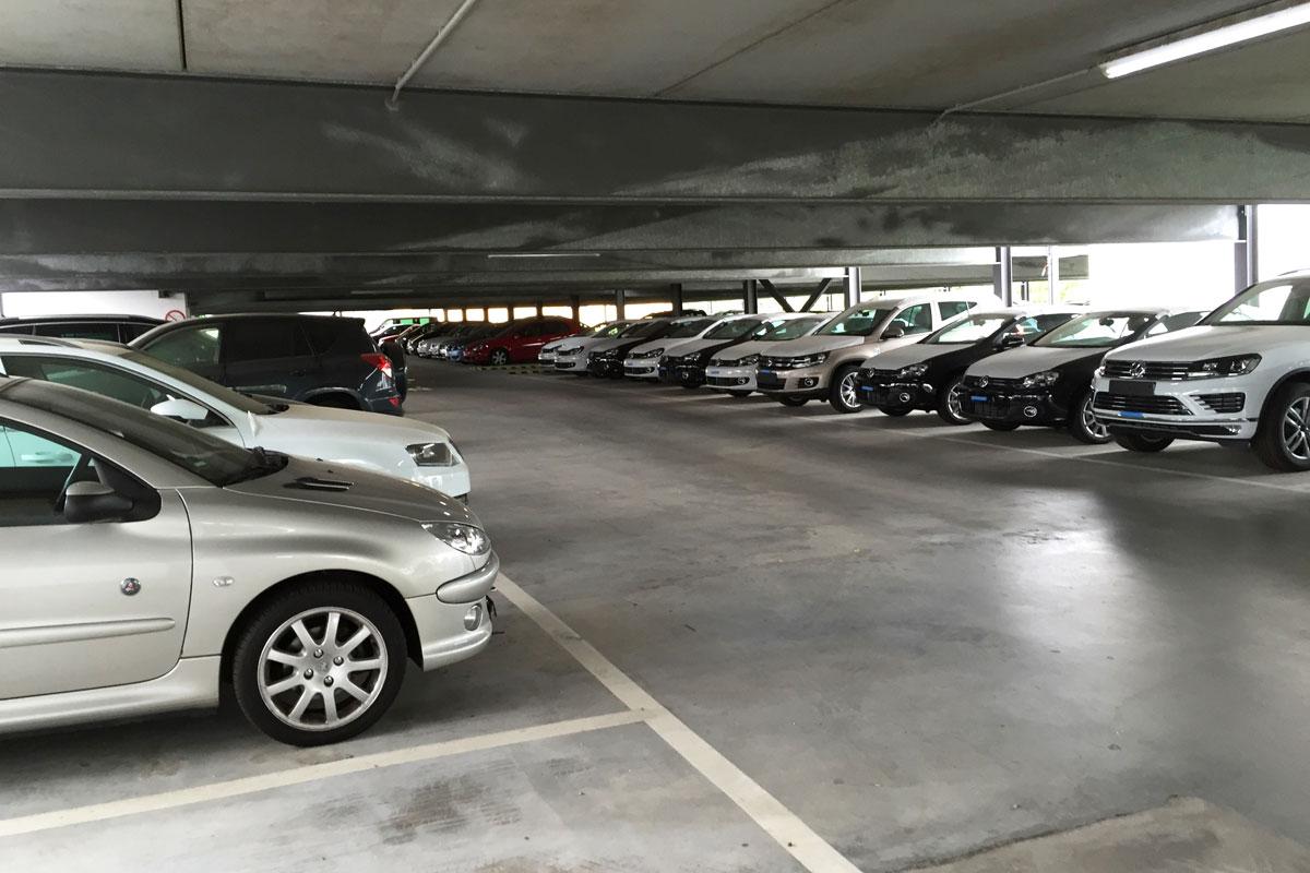 überdachte Parkplätze